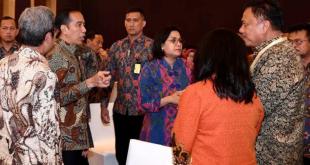 Gubernur Sulut Olly Dondokambey SE bersama Menteri Keuangan  Sri Mulyani berbincang-bincang dengan Presiden Joko Widodo.(Foto: ist)