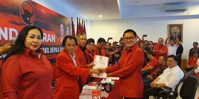 Joune Ganda SE saat menerima formulir pendaftaran dari pengurus DPD PDI-Perjuangan Sulut, Sabtu 7 Desember 2019 sore.(Foto: ist)