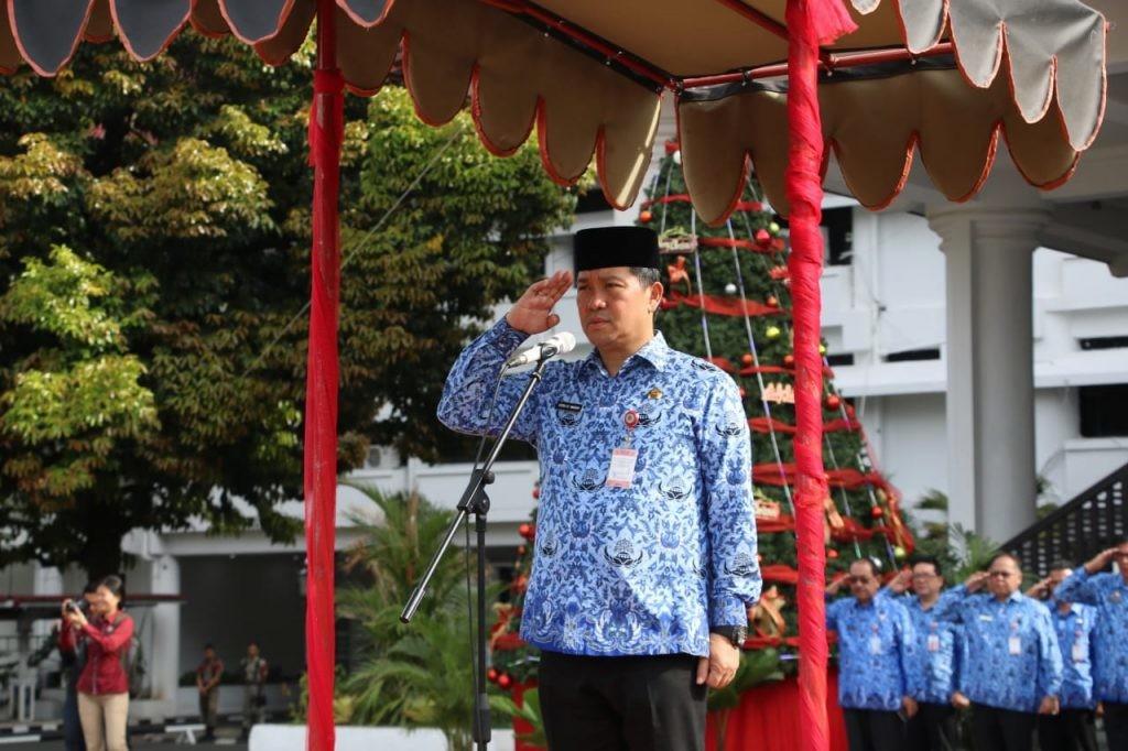 Wagub Sulut Drs Steven Kandouw menjadi pembina upacara HUT ke-48 Korpri, Senin 2 Desember 2019, di lapangan kantor gubernur Sulut.(Foto: hbm)