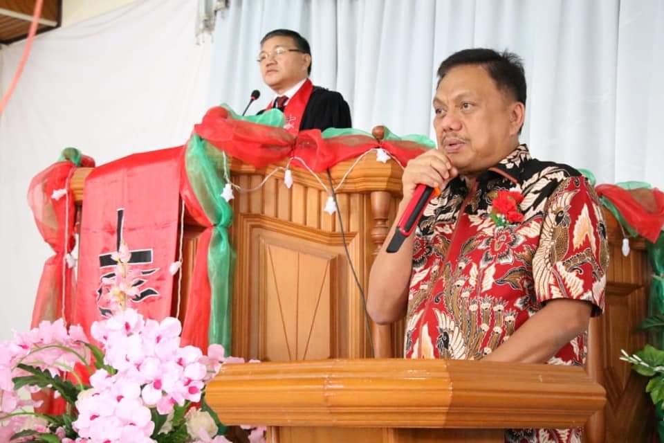 Gubernur Olly Dondokambey SE menghadiri ibadah syukur HUT ke-62 Jemaat GMIM Imanuel Kinalawiran, Tompaso Baru, Minsel, Minggu 16 Februari 2020.(Foto: dok/thony)