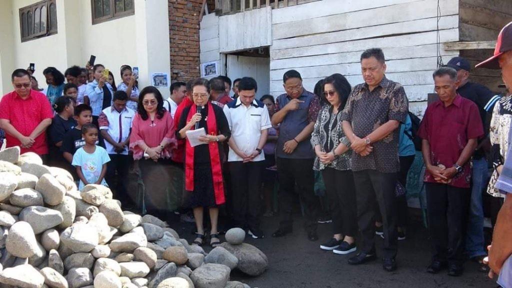 Gubernur Sulut Olly Dondokambey SE menghadiri Peletakan Batu Pertama Pembangunan Konsistori GMIBM Siloam Nonapan.(Foto: hbm)
