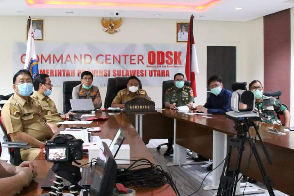 Gubernur Sulut Olly Dondokambey saat video teleconference bersama bupati dan walikota se-Sulut, di kantor gubernur, Selasa 31 Maret 2020.(Foto: hbm)
