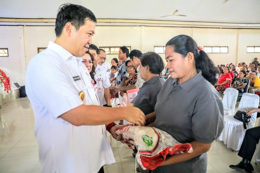 Wagub Sulut Steven Kandouw saat menyerahkan bantuan kepada warga di Kabupaten Kepulauan Talaud, Rabu 4 Maret 2020.(Foto: hbm)