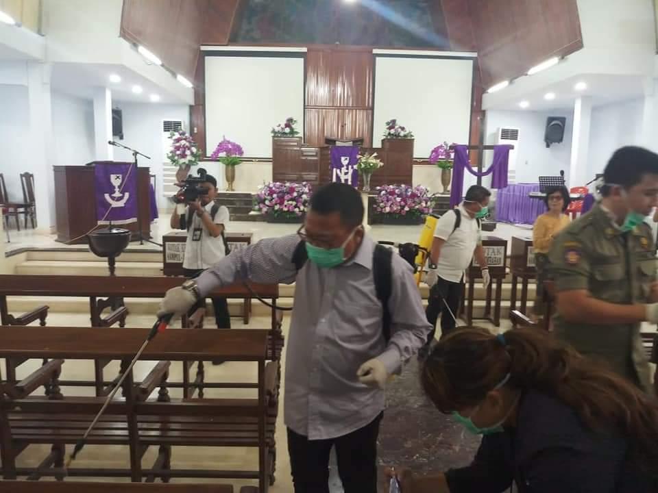 Salah satu upaya yang dilakukan Pemprov Sulut adalah melakukan desinfektan di rumah-rumah ibadat.(Foto: ist)