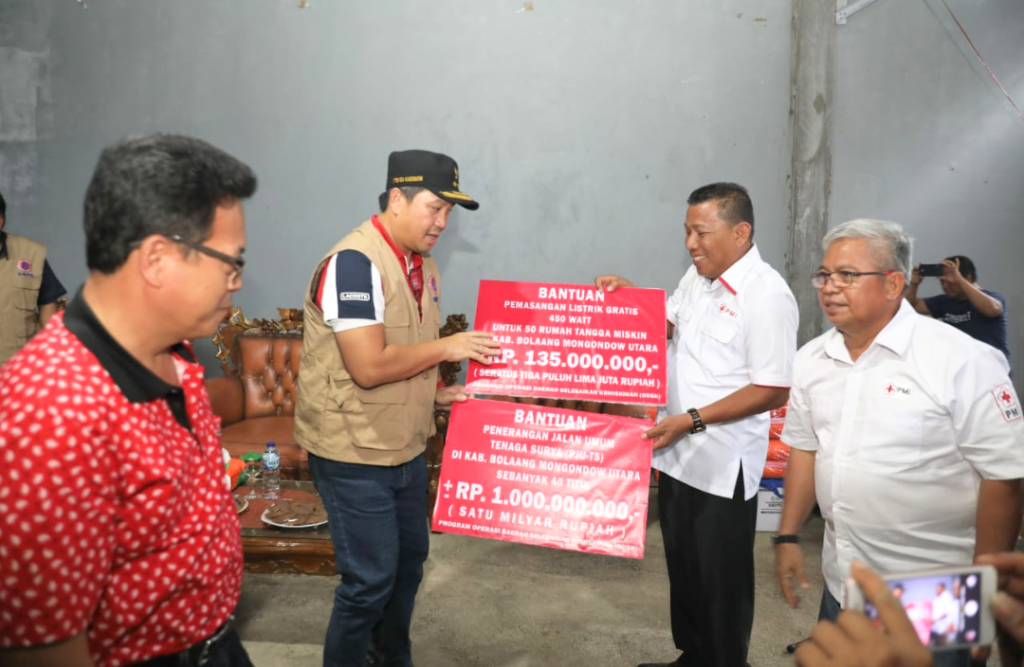 Didampingi Kadis ESDM Sulut Fransiskus Maindoka, Wagub Drs Steven Kandouw juga menyerahkan bantuan penerangan jalan umum tenaga surya dan sambungan listrik gratis 450 Watt kepada keluarga miskin.(Foto: pro)