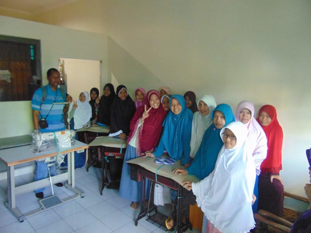 Founder KCBB saat menyerahkan bantuan mesin jahit untuk para anak panti asuhan di Manado.(Foto: ist)