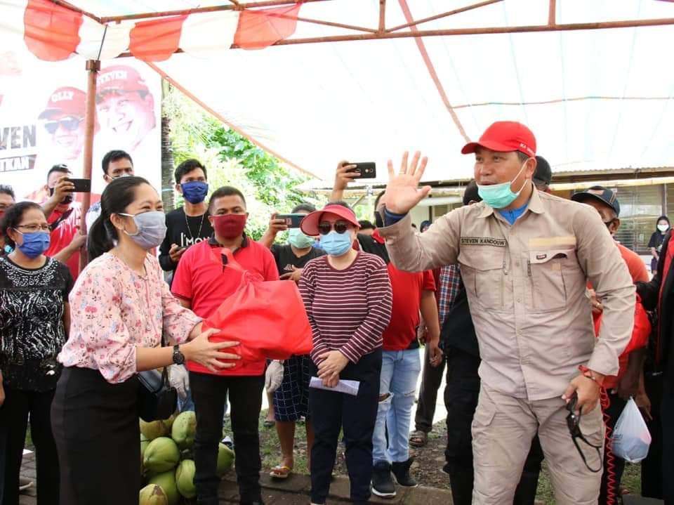 Gubernur Sulut Olly Dondokambey bersama Wagub Steven Kandouw dan Forkopimda saat membawa bantuan ke daerah kepulauan di wilayah Kota Manado, Jumat 22 Mei 2020.(Foto: hbm)