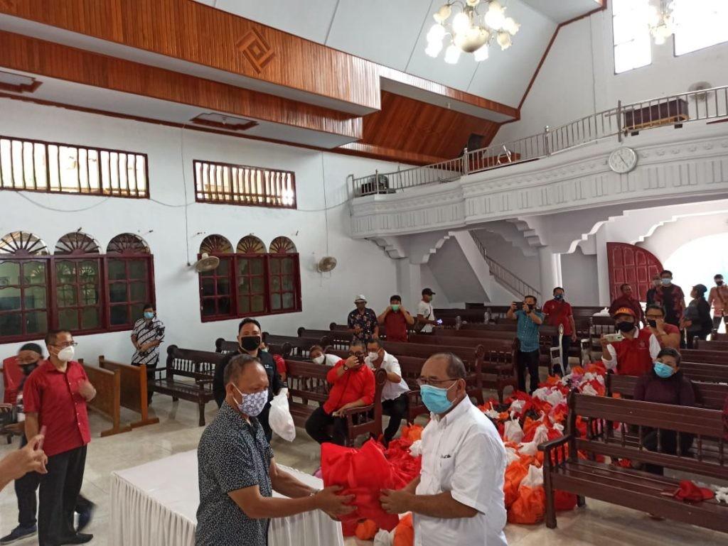 Gubernur Sulut Olly Dondokambey SE melalui Asisten Bidang Pemerintahan dan Kesra Edison Humiang menyerahkan secara simbolis bantuan Pemprov Sulut tersebut, Sabtu 16 Mei 2020.(Foto: hbm)