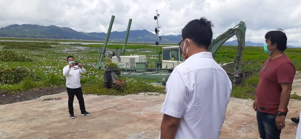 Wagub Sulut Steven O.E. Kandouw meninjau langsung proses penanganan dan pengangkatan gulma eceng gondok di Danau Tondano, Kabupaten Minahasa, Rabu 20 Mei 2020.(Foto: ist)