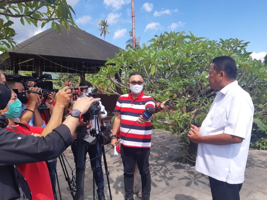 Gubernur Sulut Olly Dondokambey saat menyampaikan kebijakan Pemprov kepada sejumlah wartawan dari media nasional.(Foto: ist)