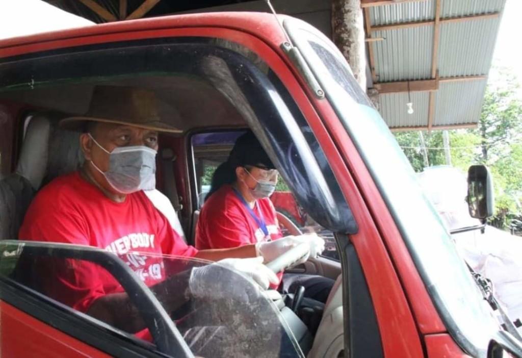 Istri Gubernur Olly Dondokambey, Ir Rita Dondokambey-Tamuntuan, turut mendampingi Gubernur yang menyetir dump truck yang mengangkut 4,12 ton kopra untuk dijual ke pabrik di Bitung, Senin 8 Juni 2020.(Foto: ist)