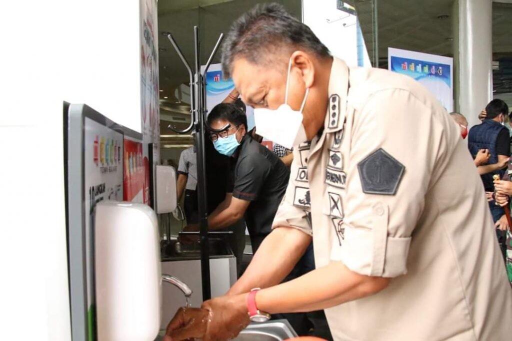 Gubernur Sulut Olly Dondokambey saat mengikuti protokol kesehatan Covid-19 untuk mencuci tangan dengan sabun, di Mantos, Kamis 25 Juni 2020.(Foto: ist)