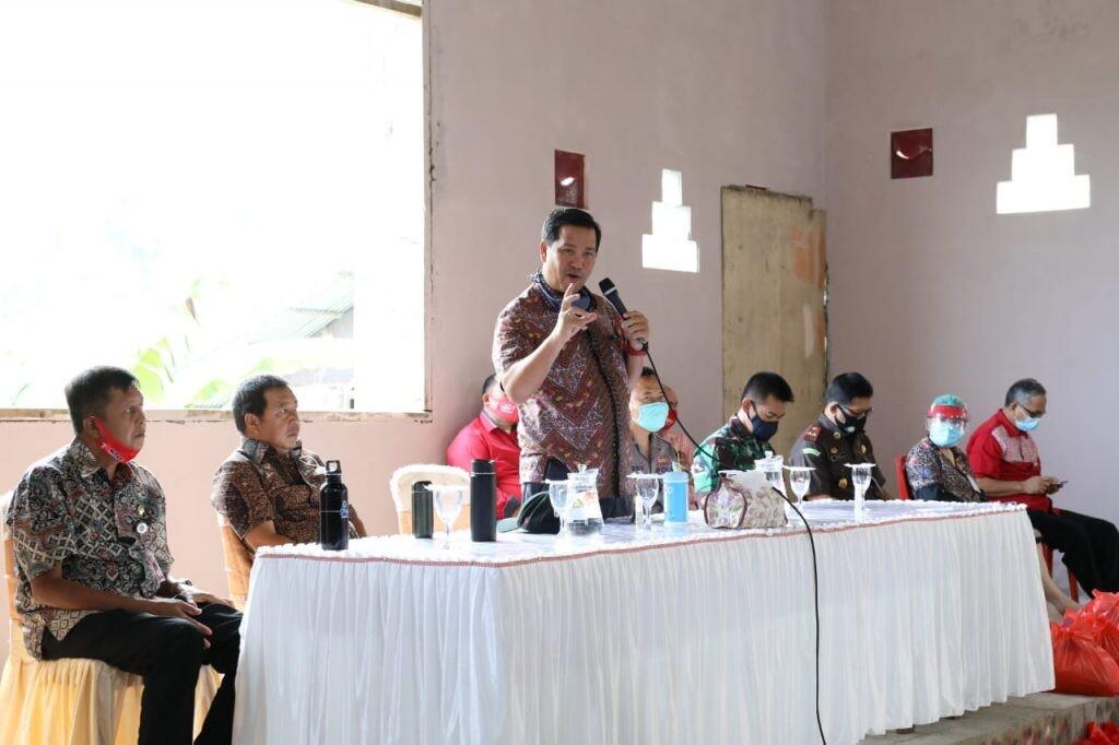 Dalam Rakorev Penanganan Covid-19 di Kabupaten Minahasa Tenggara, Kamis 2 Juli 2020, menyosialisasikan adaptasi fase new normal.(Foto: hbm)