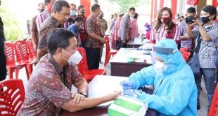 Wagub Sulut Steven OE Kandouw menjalani pemeriksaan rapid test sebagai bentuk kepatuhan pada protokol kesehatan saat berada di Kabupaten Minahasa Tenggara, Kamis 2 Juli 2020.(Foto: ist)