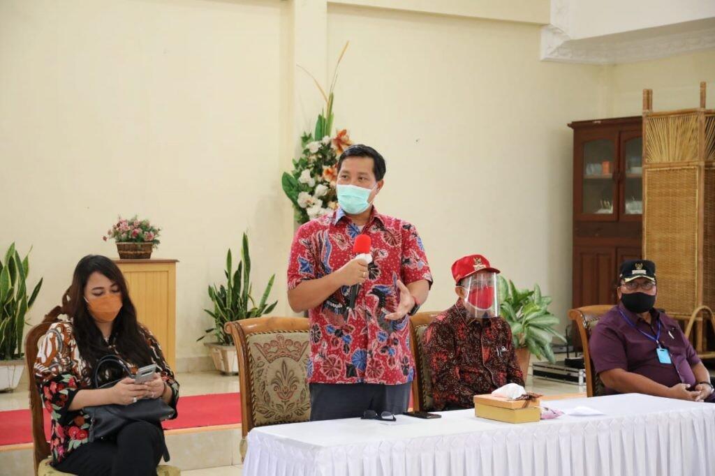Sosialisasi adaptasi kebiasaan baru juga terus dilakukan Wagub Sulut Steven Kandouw dalam kunjungan di Tandengan Kecamatan Eris, Minahasa, Jumat 3 Juli 2020.(Foto: hbm)