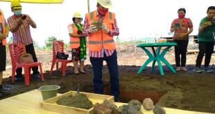 Mewakili Bupati, Wakil Bupati Drs Jocke Legi Meletakan Batu Pertama Pembangunan Gedung Kantor Pemkab Mitra.