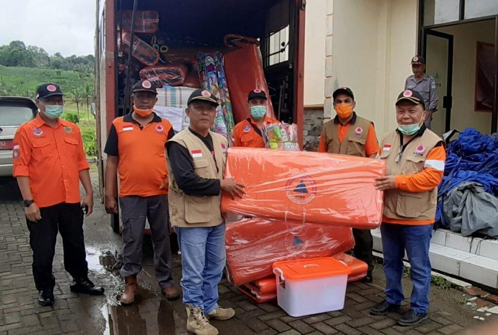 Penyaluran bantuan kemanusiaan Pemprov Sulut untuk Bolsel.(Foto: hbm)