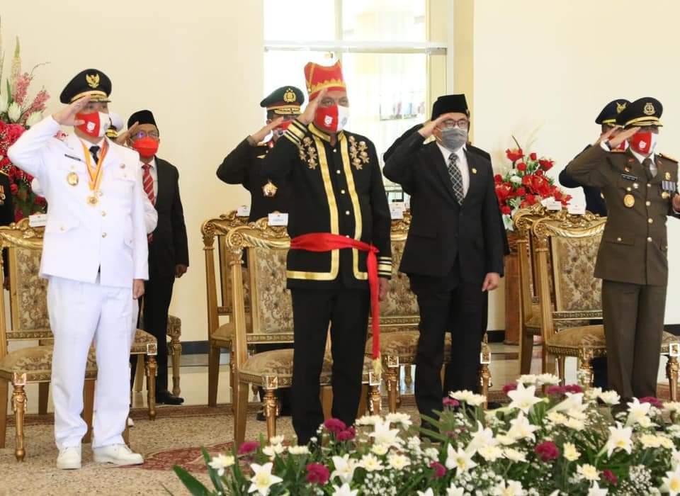 Gubernur Sulut Olly Dondokambey dengan pakaian adat Minahasa mengikuti Peringatan Detik Proklamasi dipimpin Presiden RI Joko Widodo dari Istana Merdeka, Jakarta Pusat.(Foto: ist)